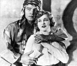 Film-Stillbild Rudolph Valentino und Agnes Ayres in The Sheik