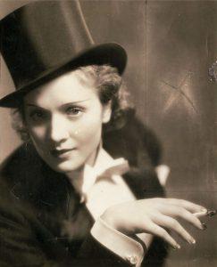 Marlene Dietrich mit Zylinder und Smoking